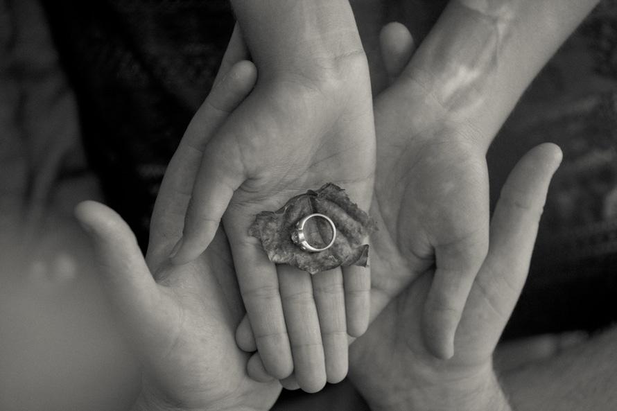Persona de la hoja de la explotación agrícola y el anillo en escala de grises