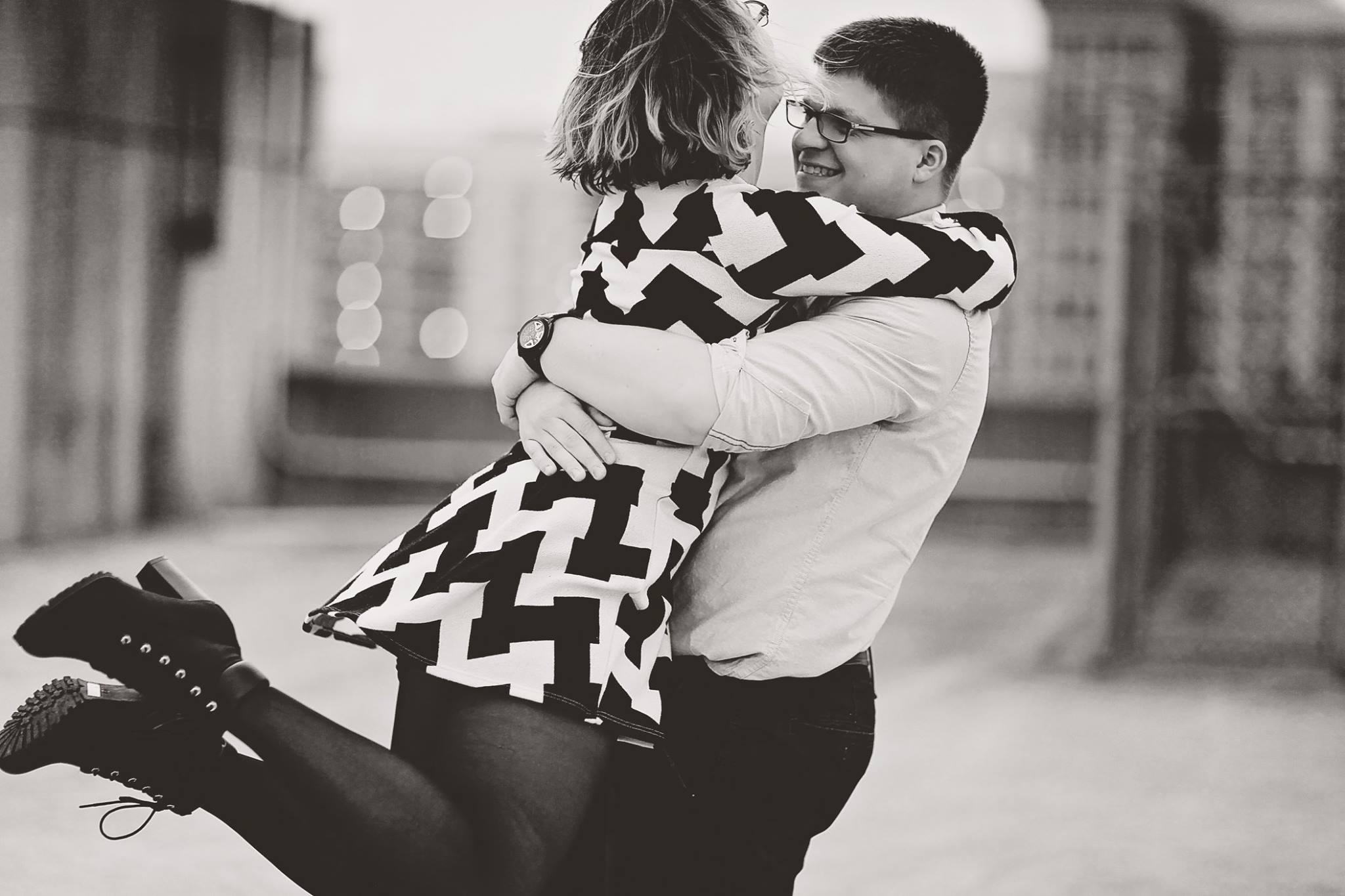 「抱きかかえる」の意味・「抱く」との違い・夢占いでわかる心理