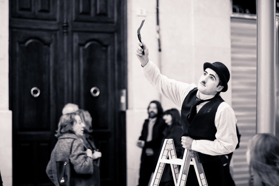 blanco y negro, artista de la calle, mummer