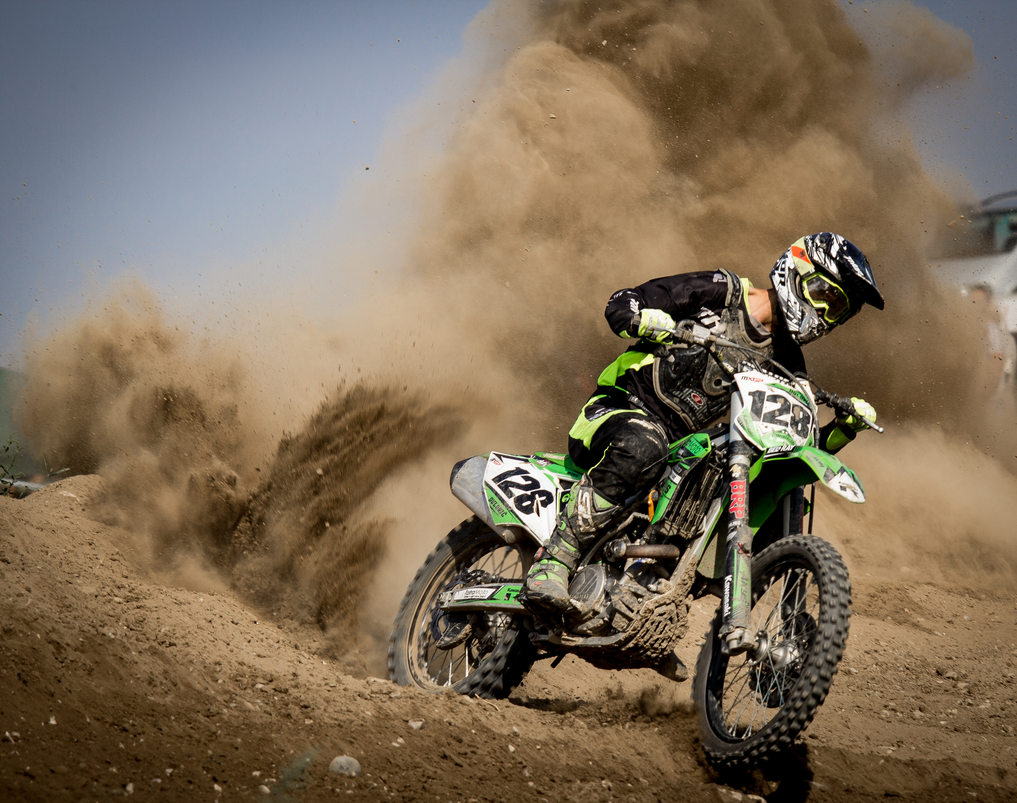 Disegni Motocross: Rider Riding Green Motocross Dirt Bike · Free Stock Photo
