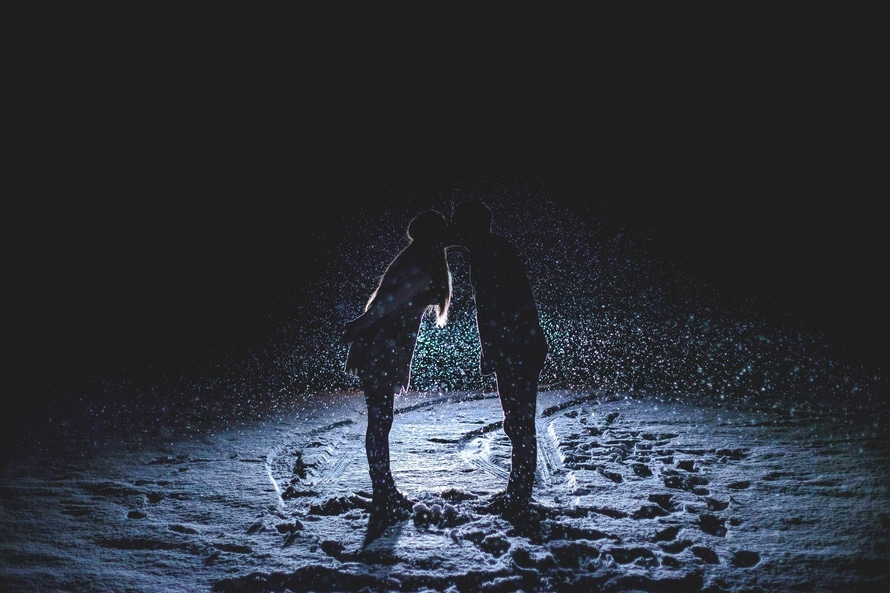 couple, footprints, kiss