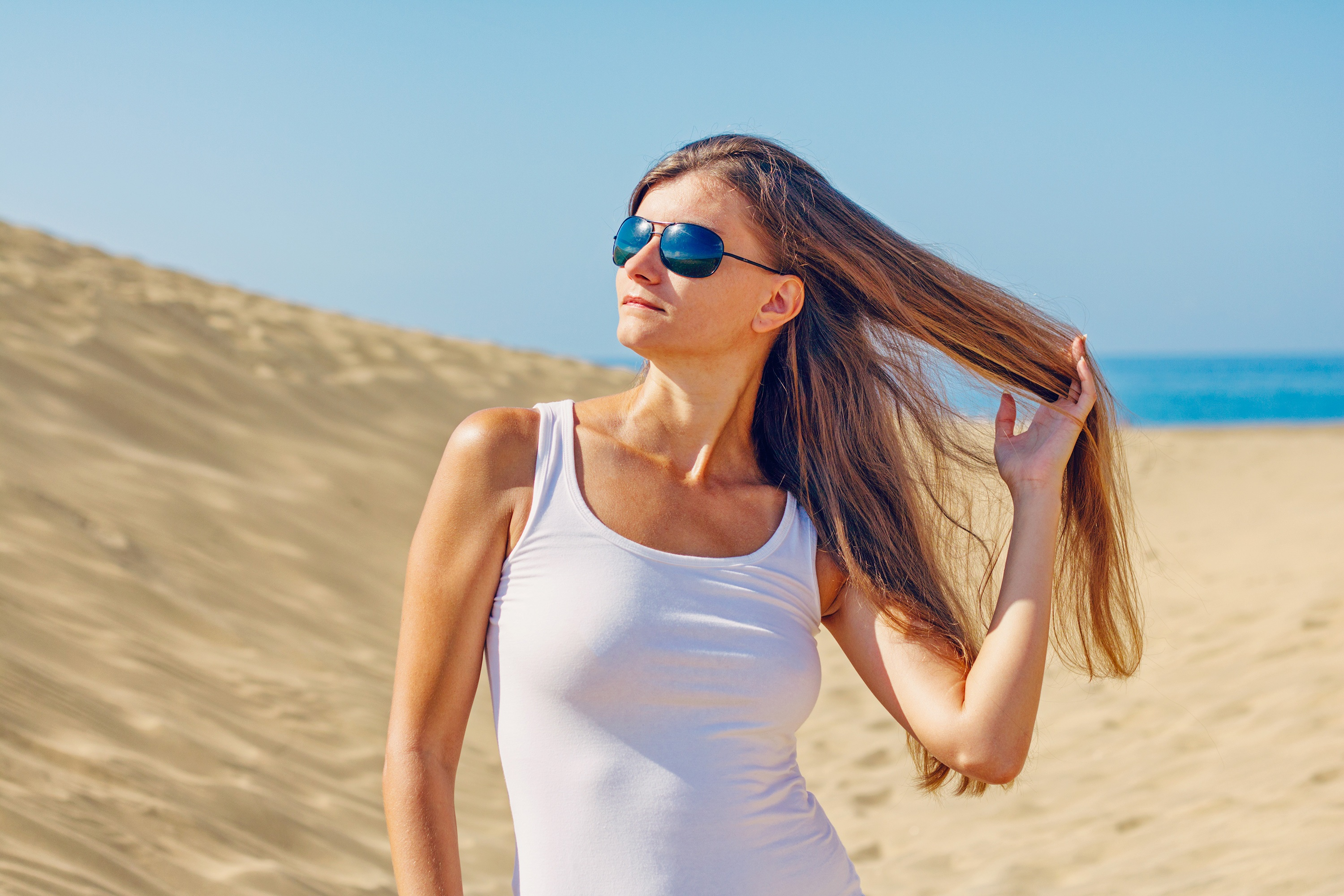 Wearing Sunglasses Pictures  woman wearing sunglasses at beach free stock photo