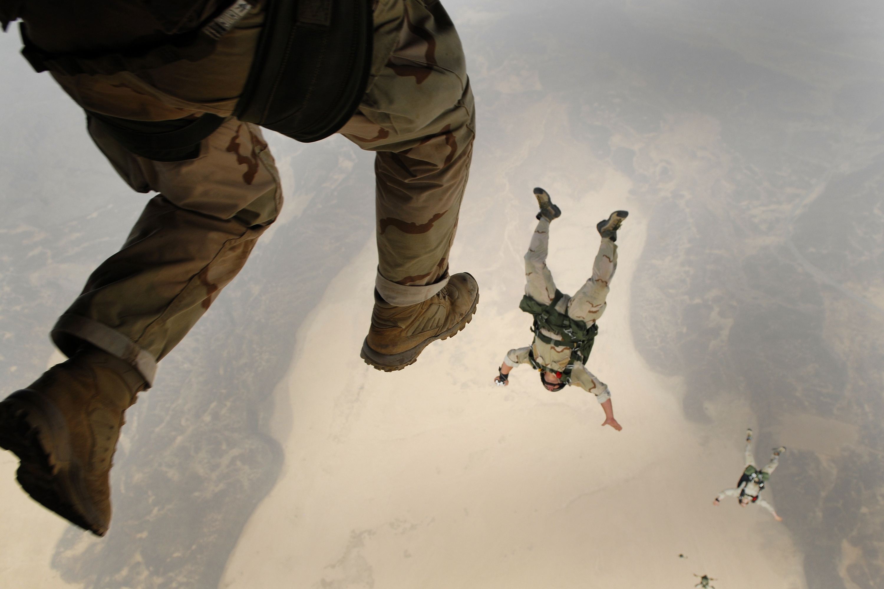https://static.pexels.com/photos/38523/skydiving-jump-falling-parachuting-38523.jpeg