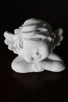 Biela soška anjela - biela soška usmiatého anjelika