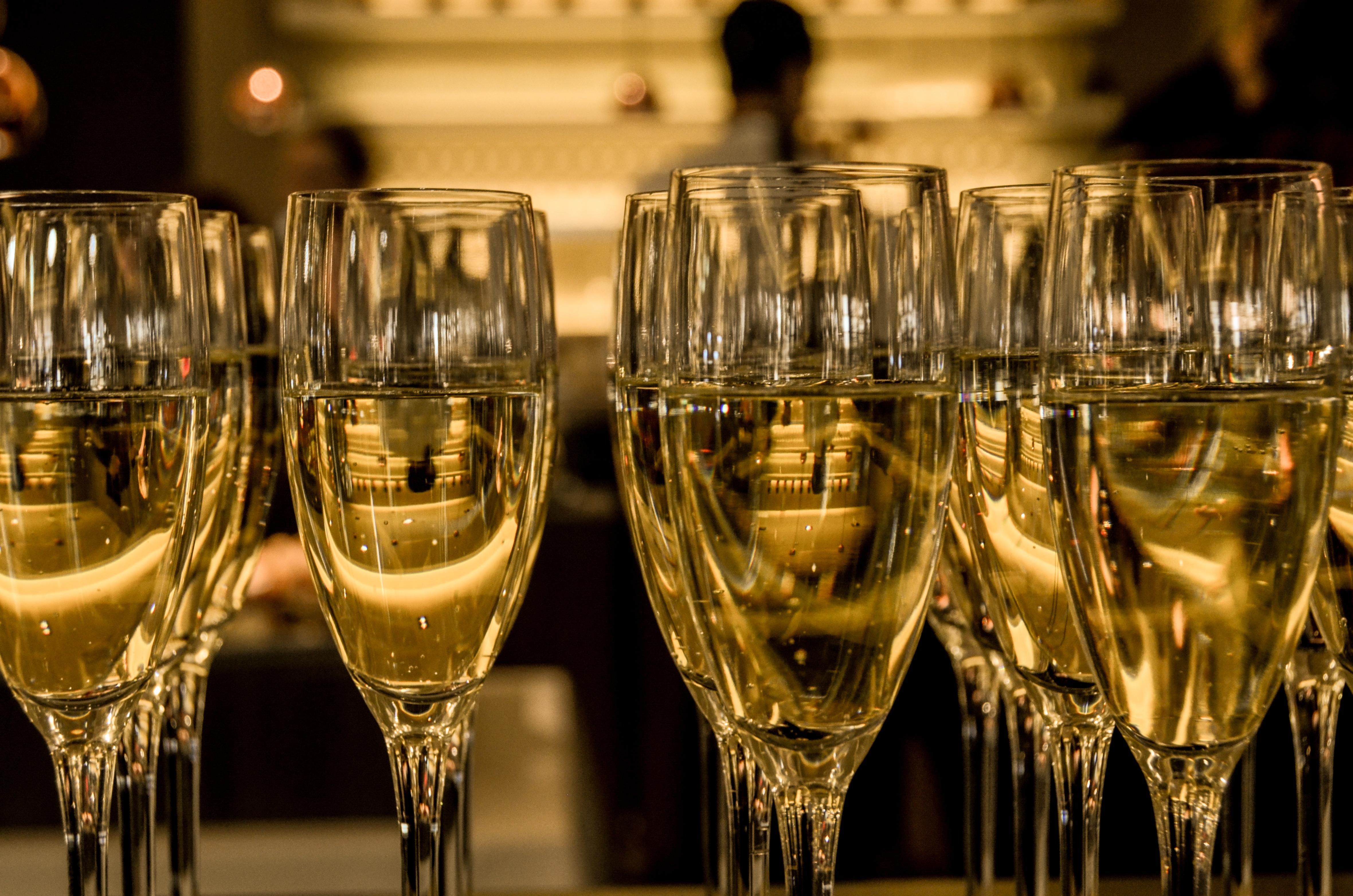 szampan-kieliszki-impreza