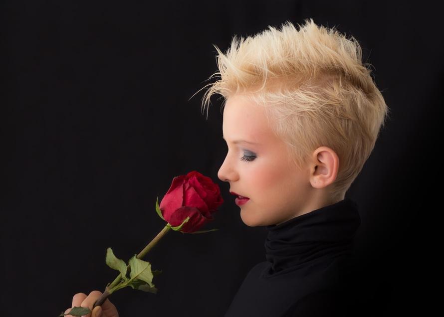 Mujer que sostiene la rosa roja