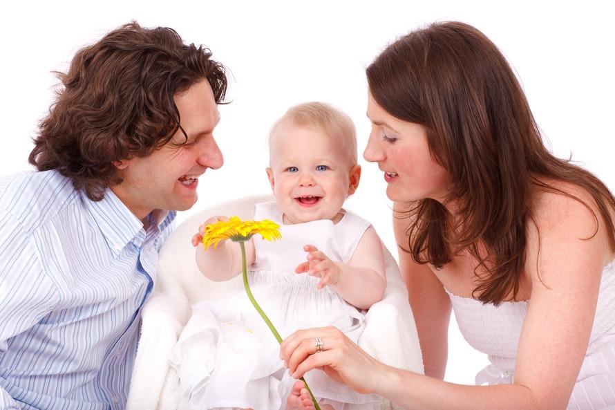 Hombre en el botón blanco y gris de la raya de la camisa de manga larga para arriba Frente del bebé en blanco vestido sin mangas Junto mujer de blanco vestido sin tirantes amarillo de la flor de la explotación agrícola