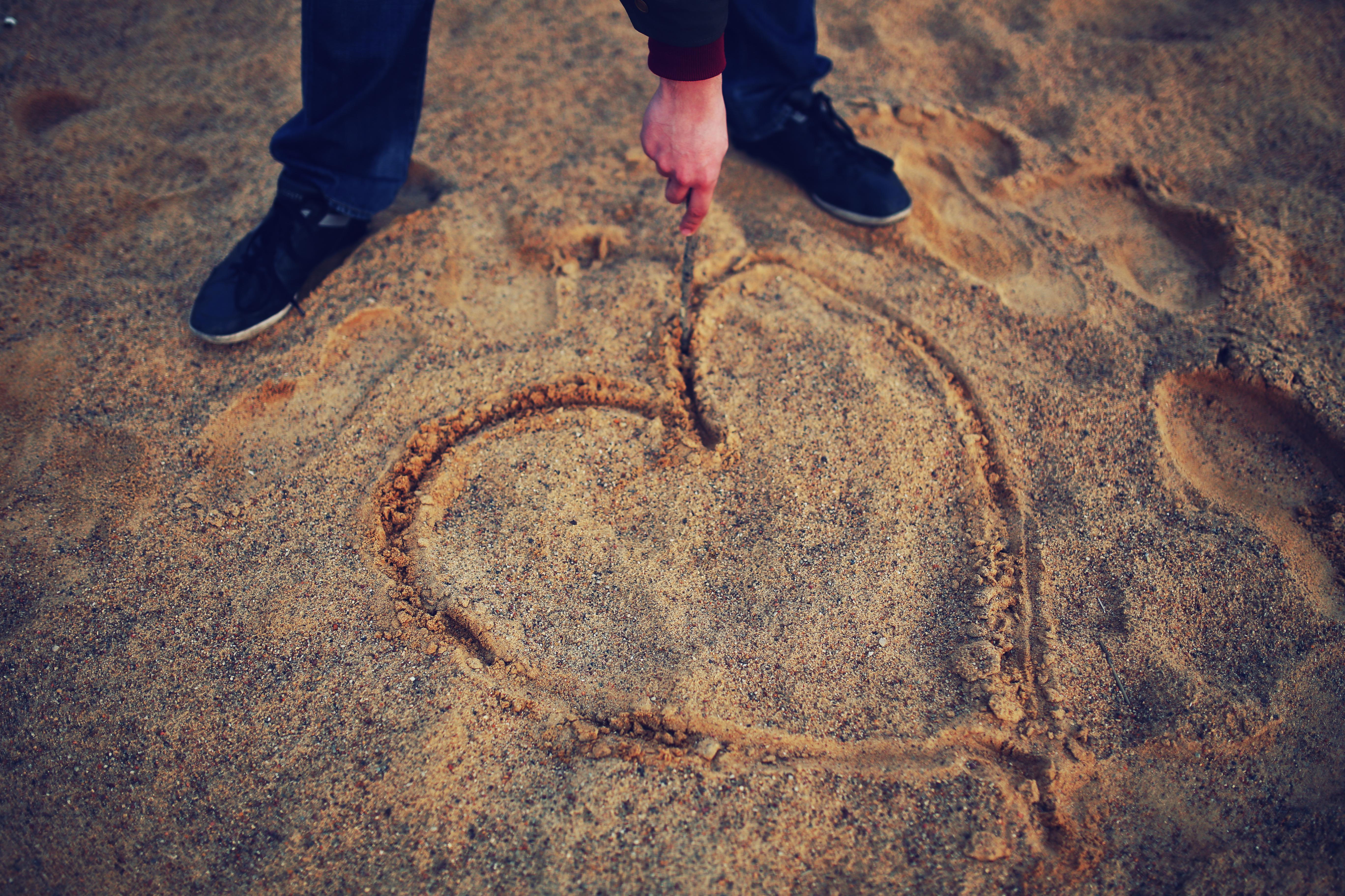 man-beach-love-sand.jpg (5472×3648)