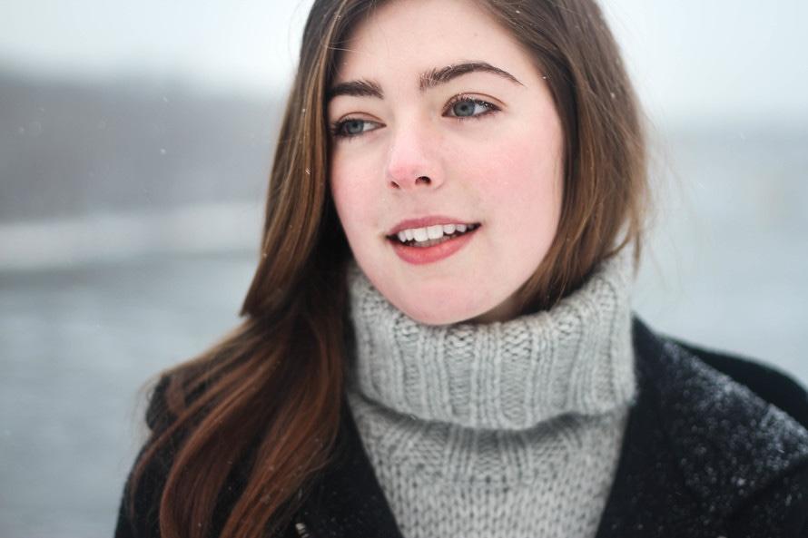 Mujer en gris suéter de punto