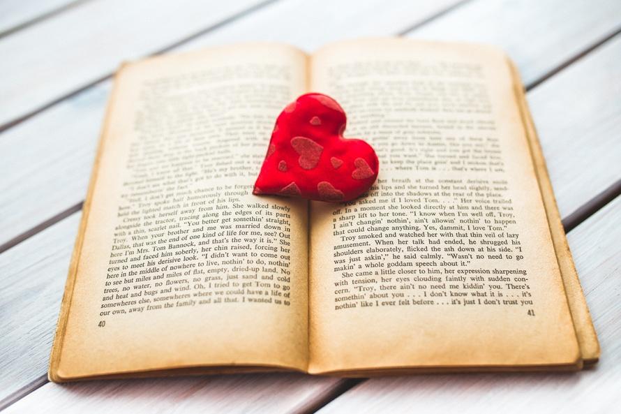 corazón rojo en un viejo libro abierto II