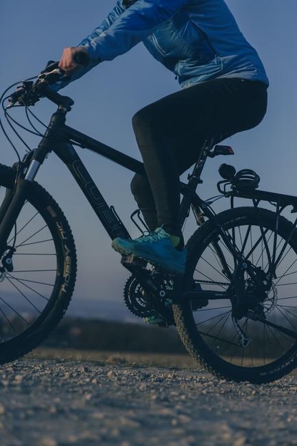 Personne Surfant sur Black Mountain Bike pendant Night Time