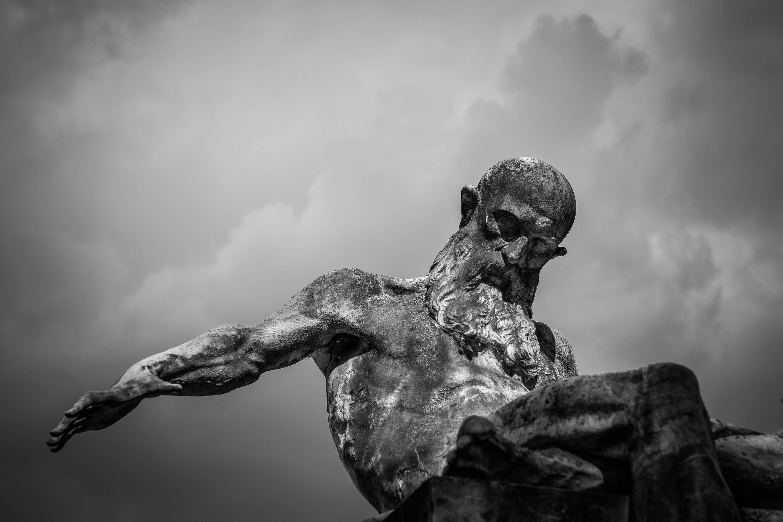 Estatua de hombre en grises