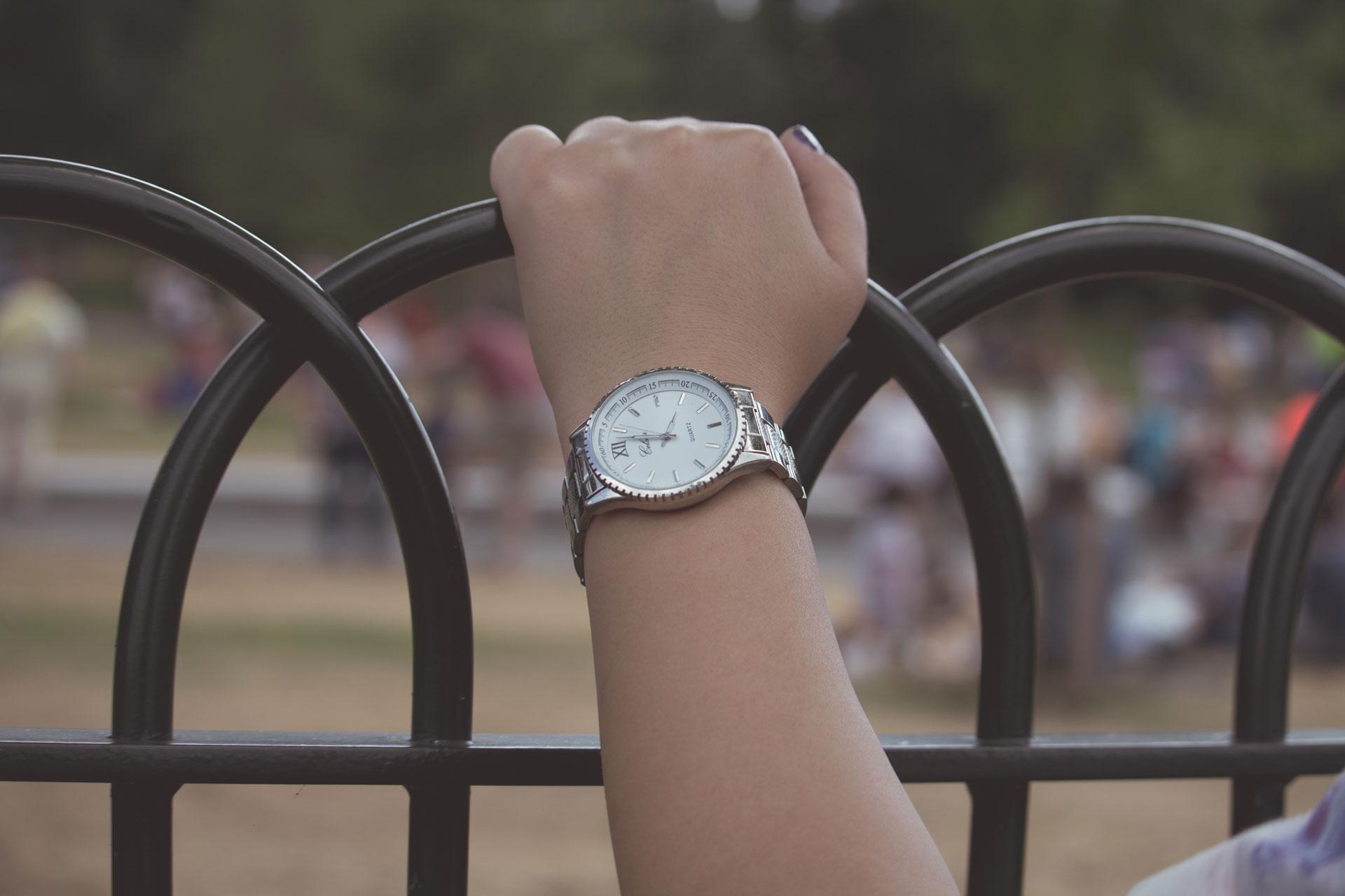 Armbanduhr am arm frau  Kostenloses Foto zum Thema: arm, armbanduhr, frau